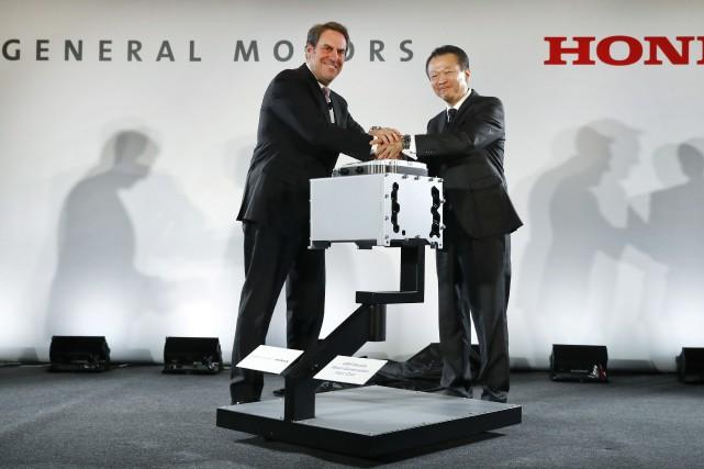 Mark Reuss, vice-président éxécutif de General Motors, et... (Photo : AP)