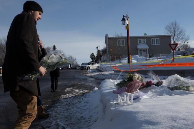Un homme dépose des fleurs près du Centre... (Photo Olivier Jean, La Presse)