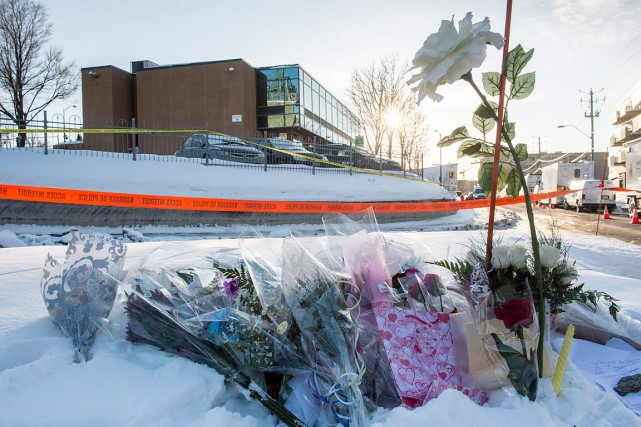 Des fleurs ont été déposées près de la... (Paul Chiasson, PC)