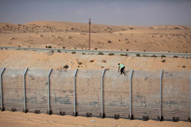 Une partie de la clôture sur la frontière... (ARCHIVES REUTERS)