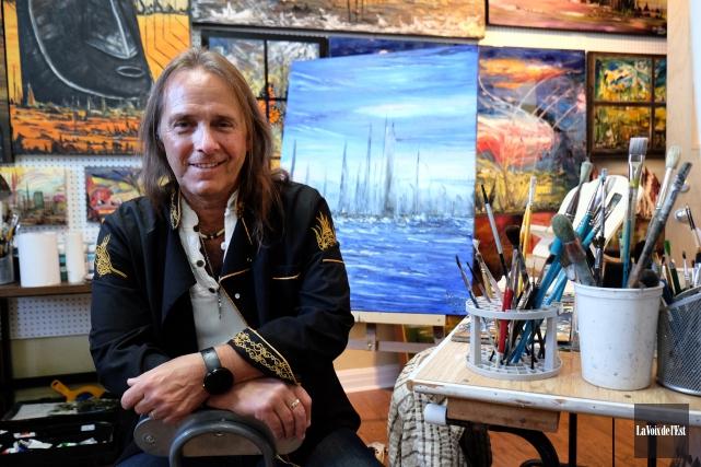 Yvan Lapalme peindra une toile les yeux bandés... (Alain Dion, La Voix de l'Est)