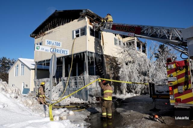 Les pompiers ont travaillé pendant plus de 10... (Alain Dion, La Voix de l'Est)