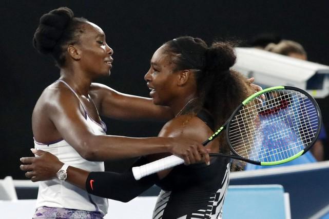 Venus et Serena Williamsse sont affrontées en finale... (Photo Kin Cheung, AP)