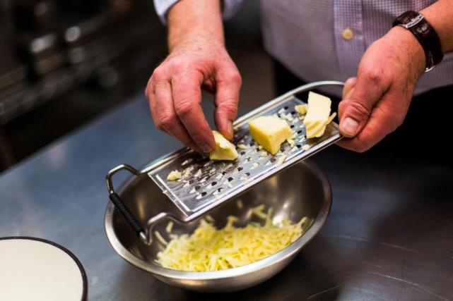 Olivier Schlegel râpe le fromage qui entrera dans... (Photo Olivier Jean, La Presse)