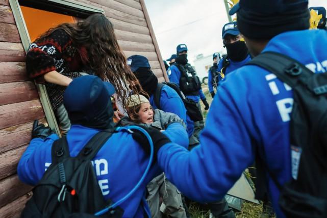 Les policiers étaient parvenus, à grand-peine, et dans... (PHOTO AFP)