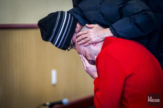 Un homme éclate en pleurs quelques heures après... (PHOTO OLIVIER JEAN, LA PRESSE)