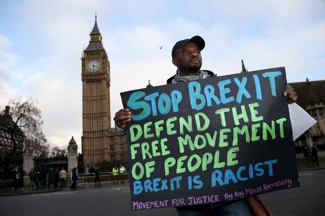 Un manifestant proteste contre le Brexit à l'extérieur... (AFP, Daniel Leal-Olivas)