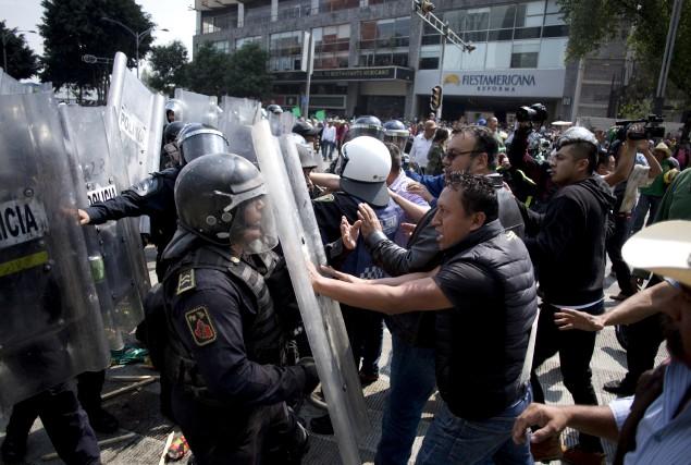Des habitants des campagnes mexicaines sont venus manifester... (AP, Eduardo Verdugo)