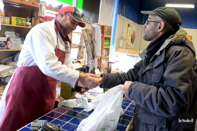 Abdel Faidi, un client de l'épicerie Assalam, est... (Le Soleil, Erick Labbé)