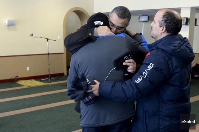 Des musulmans émus se sont enlacés au Centre... (Photo Le Soleil)