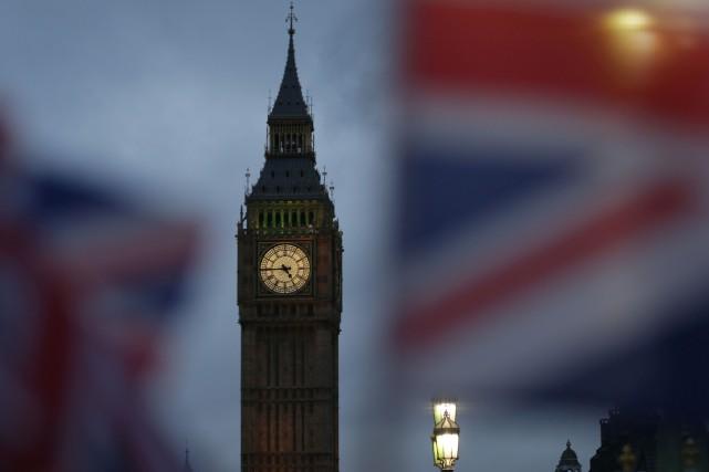 Après plus de 17 heures de débats, les... (Photo  Daniel LEAL-OLIVAS, Agence France-Presse)