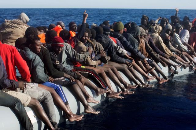 Les migrants secourus mercredi se trouvaient sur 13... (REUTERS)
