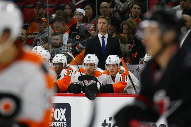 Dave Hakstol dirige les Flyers de Philadelphie depuis... (PhotoJames Guillory, USA TODAY Sports)
