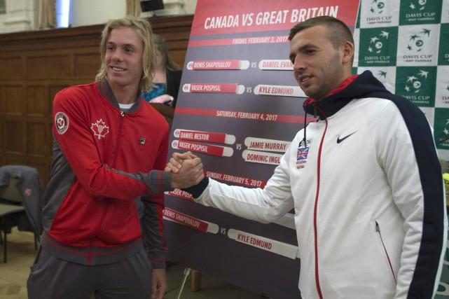 Denis Shapovalov, du Canada, et Daniel Evans, de... (Photo Adrian Wyld, PC)