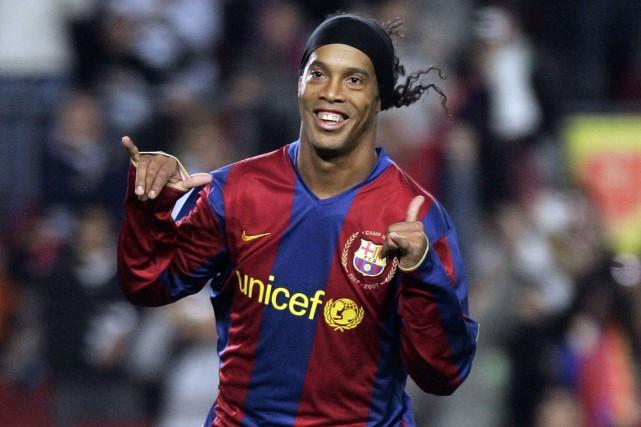 Ronaldinho a joué pour le FC Barcelone de... (Photo Manu Fernandez, archives AP)