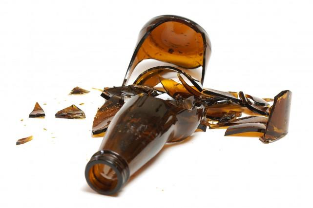 L'accusé a fracassé une bouteille de bière et... (Photo 123RF)