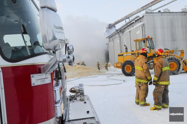 Un incendie a fait rage dans un séchoir... (Photo Le Quotidien, Gimmy Desbiens)