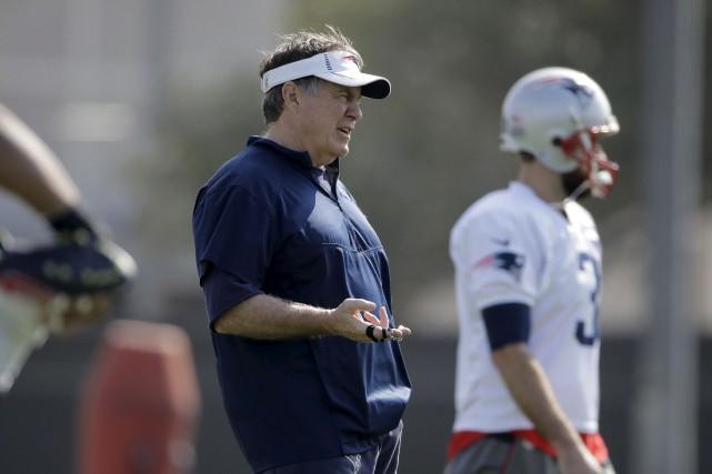 Bill Belichick, l'entraîneur-chef des Patriots de la Nouvelle-Angleterre,... (AP, Charlie Riedel)