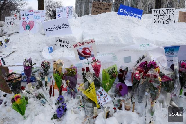 Des fleurs ont été déposées sur le terrain... (Archives Le Soleil, Érick Labbé)