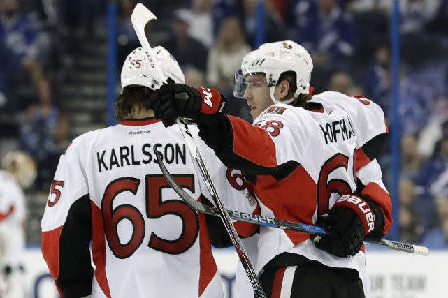 Mike Hoffman et Erik Karlsson.... (Photo Chris O'Meara, Associated Press)