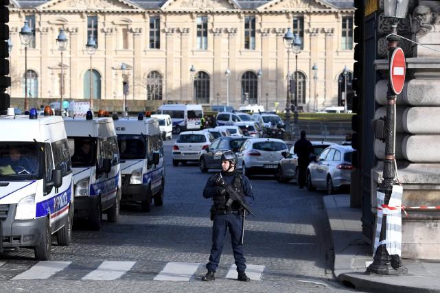 Après avoir tenté de maîtriser l'individu, les soldats... (Alain Jocard, AFP)