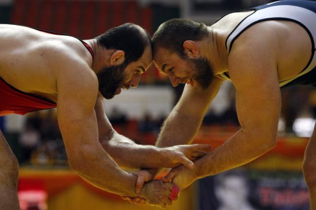 La lutte est extrêmement populaire en Iran.... (Photo Vahid Salemi, archives AP)