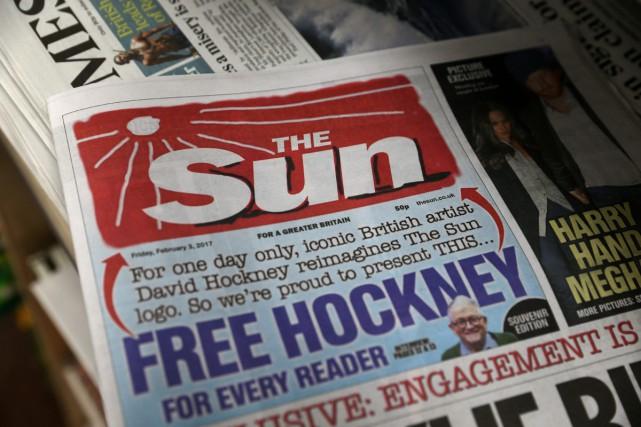 L'artiste contemporain David Hockney a redessiné le logo du tabloïd britannique... (PHOTO AFP)