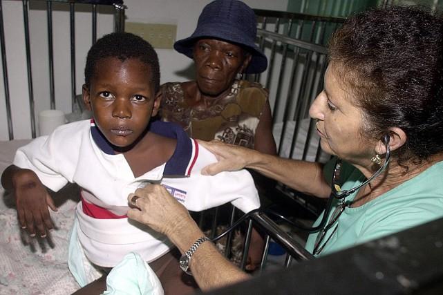 La Dre Estella Torres traite un jeune garçon... (PHOTO THONY BELIZAIRE, ARCHIVES AFP)