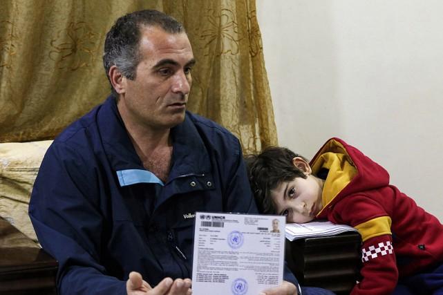 Faraj Ghazi al-Jamous, un réfugié syrien, et sa... (Photo Khalil MAZRAAWI, AFP)