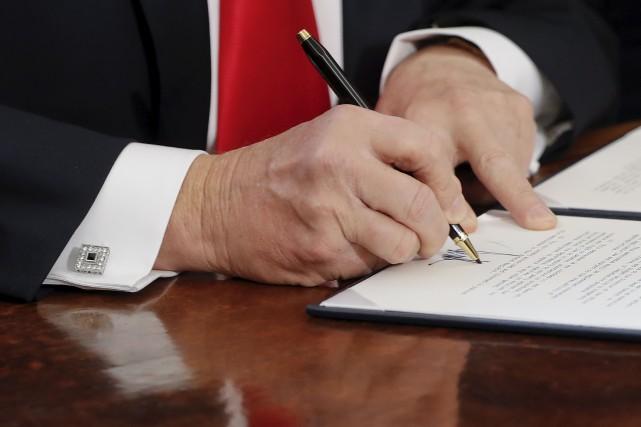 Donald Trump a signé deux décrets financiers à... (AP, Pablo Martinez Monsivais)
