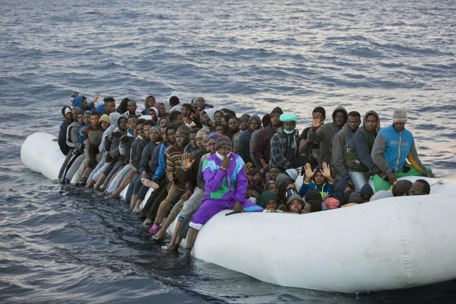 Le sauvetage de plus 1300 migrants au large... (AP, Emilio Morenatti)