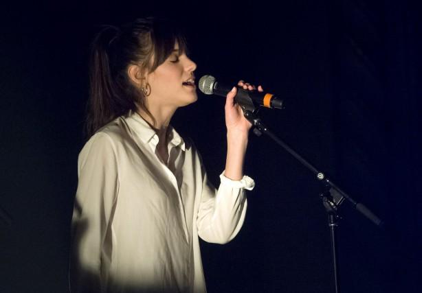 La jeune chanteuse Charlotte Cardin a rempli le... (Spectre Média, Maxime Picard)