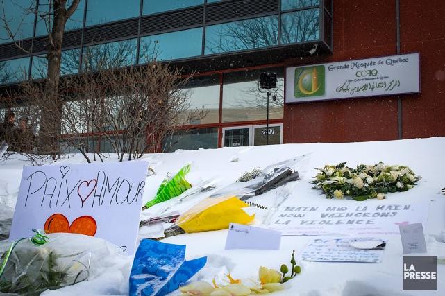 Des messages et des fleurs laissés devant le... (Archives La Presse)