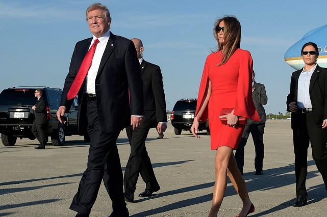 Donald Trump et son épouse Melania sont arrivés... (Photo Susan Walsh, AP)