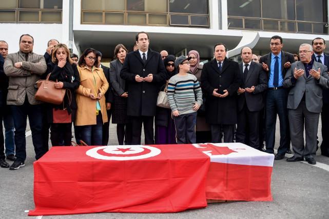 Le premier ministre Youssef Chahed, au centre,dit une... (AFP)