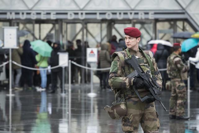 Des policiers et soldats armés de fusils-mitrailleurs patrouillaient... (PHOTO Kamil Zihnioglu, AP)