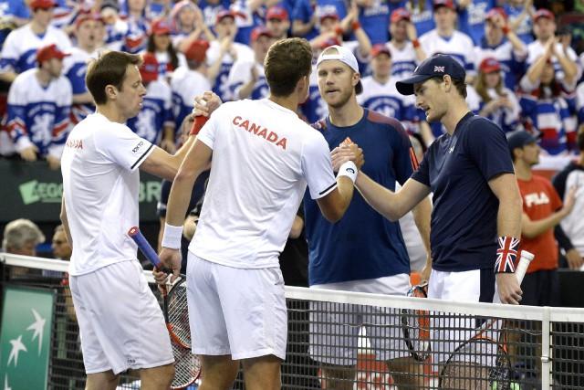 Pospisil a parfois semblé ennuyé par un problème... (Photo La Presse Canadienne)