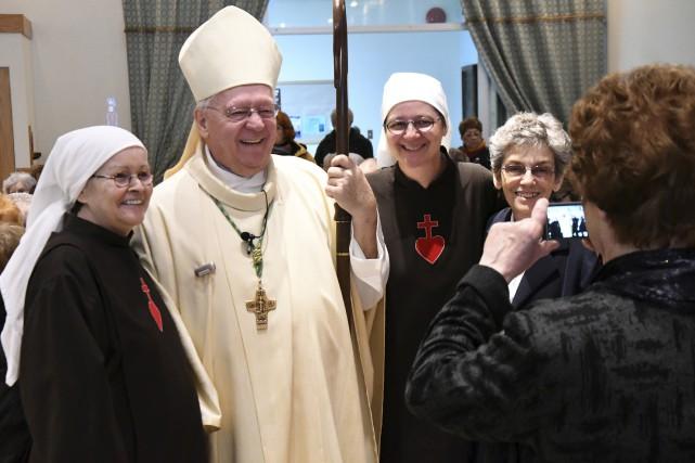 Mgr André Rivest s'est montré disponible pour prendre... (Photo Le Progrès-Dimanche, Rocket Lavoie)