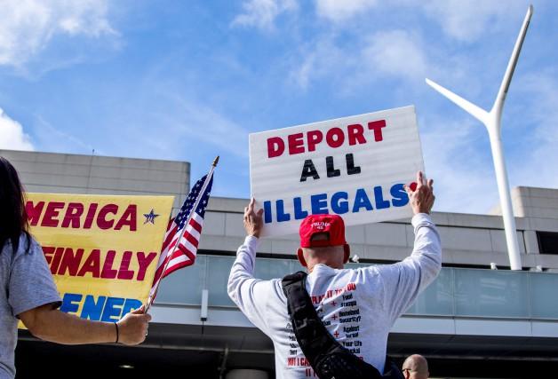 Des manifestants pro-Trump protestent à l'extérieur de l'aéroport... (AFP)