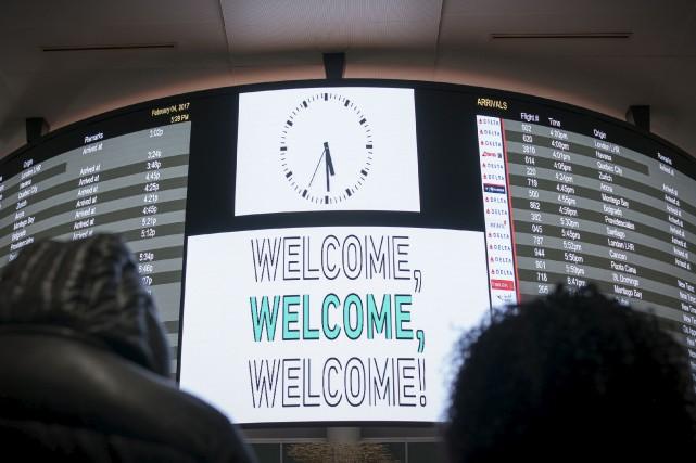 Samedi, les écrans du terminal d'arrivée de l'aéroport... (AFP, Bryan R. Smith)