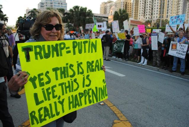 Des manifestants anti-Trump en Floride.... (Photo AFP)
