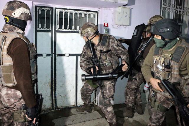 Des membres de l'unité antiterrorisme tuque défonce une... (Photo Mahir Alan, AP/Dha-Depo Photos)