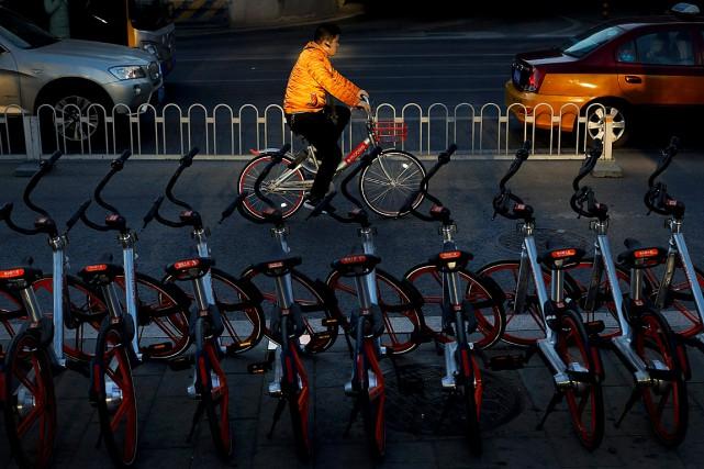 Un homme roule sur un vélo Mobike dans... (Photo Andy Wong, AP)