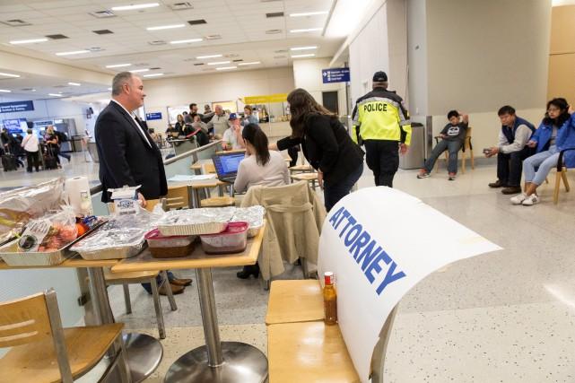 Des avocats bénévoles se sont installés à l'aéroport... (Photo Reuters)