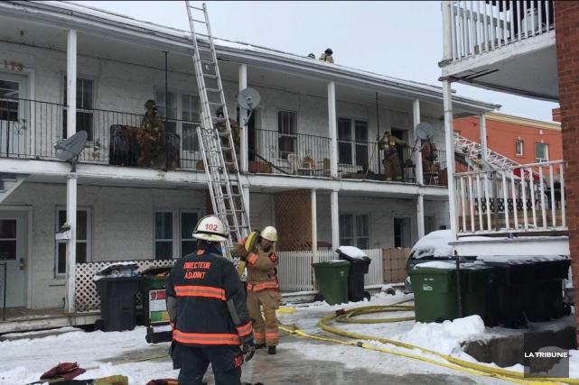 Un incendie de nature inconnue a ravagé deux logements peu avant midi dimanche. (La Tribune, Charles Beaudoin)