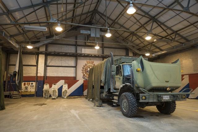 Le garage du manège militaire sert également d'aire... (Spectre média, Frédéric Côté)