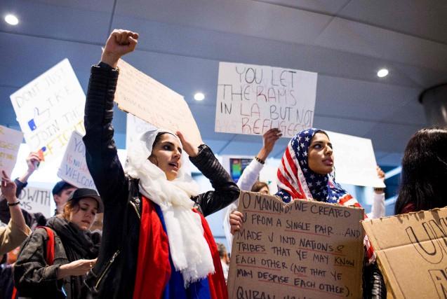 Les manifestations se poursuivent près de nombreux aéroports... (AFP, Kyle Grillot)