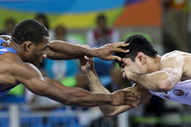 Le lutteur américain Jordan Ernest Burroughs (à droite),... (AP, Markus Schreiber)