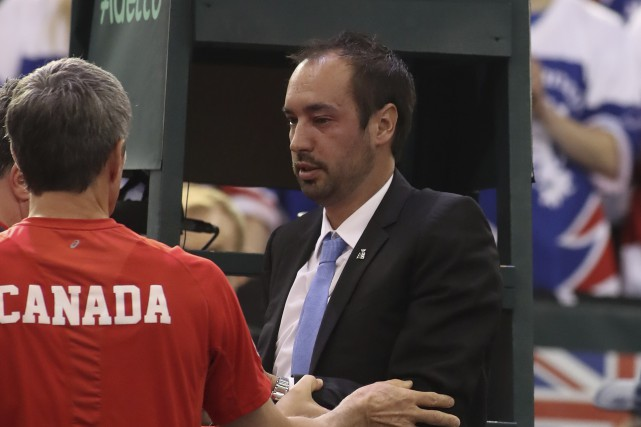 L'arbitre en chef Arnaud Gabas reçoit de l'aide... (AFP, Lars Hagberg)