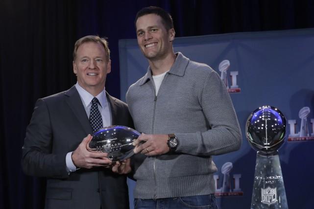 Tom Brady a reçu letrophée du joueur par... (Photo Morry Gash, AP)